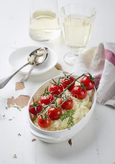 Risotto al vino di pomodorini, bianco sulla superficie di legno — Foto stock