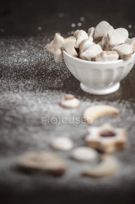 Biscotti di Natale in una ciotola bianca — Foto stock