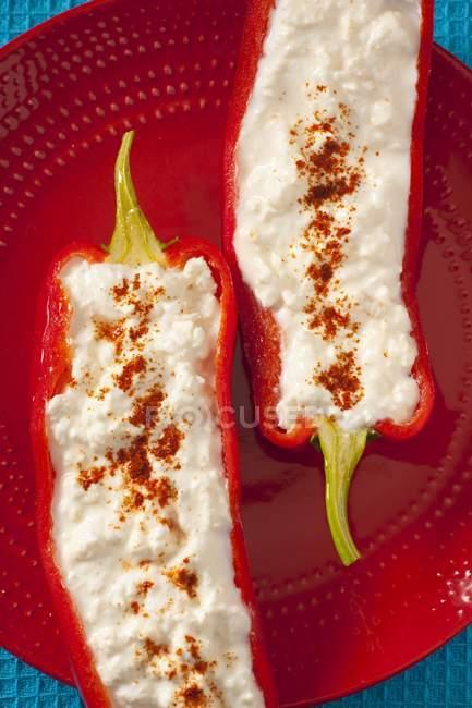 Peperoni ripieni di feta — Foto stock