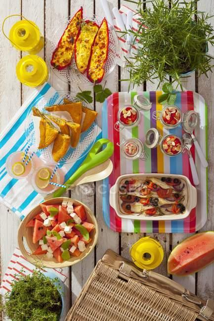 Picnic estivo sulla tavola di legno — Foto stock