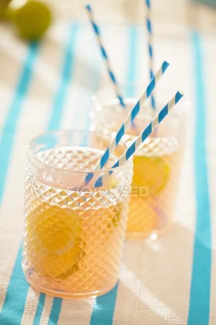 Vista del primo piano della bevanda gassate pompelmo con calce — Foto stock
