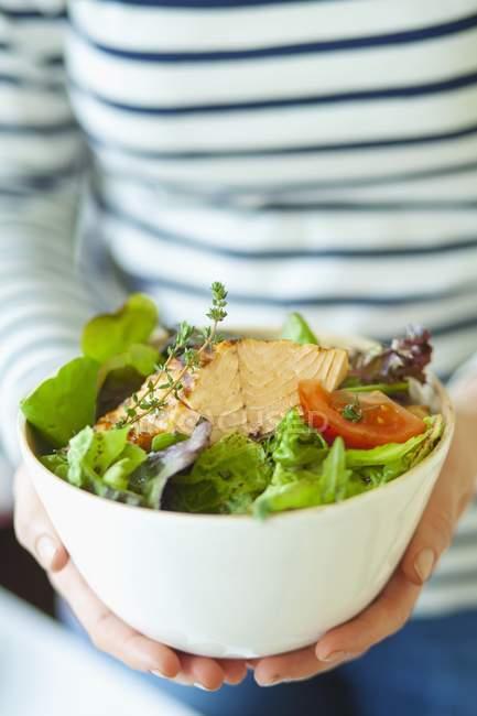 Ciotola di insalata di foglie con tonno fritto — Foto stock