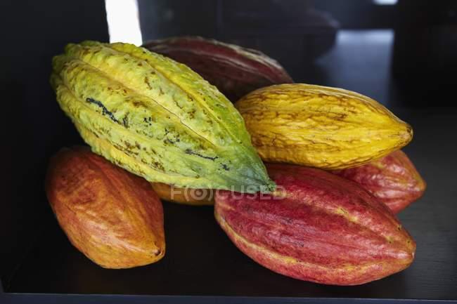 Vista del primo piano dei baccelli di cacao colorati — Foto stock