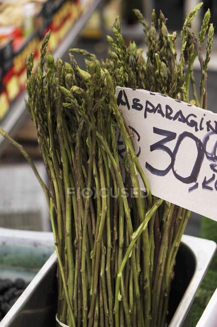 Asparagi selvatici con segno di prezzi — Foto stock
