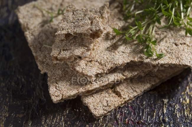 Knäckebrot mit Kresse auf Holz — Stockfoto