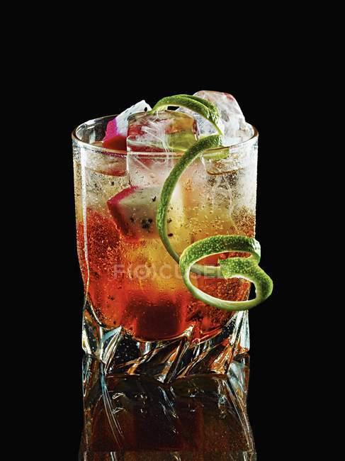 Cingapura Sling cocktail com fruta de dragão — Fotografia de Stock