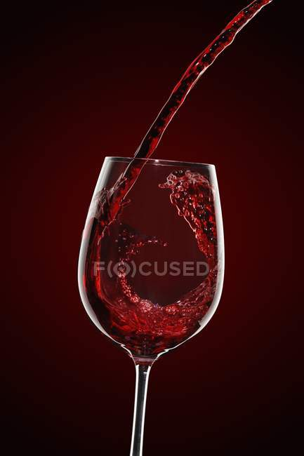 Vino rosso, versando nel bicchiere — Foto stock