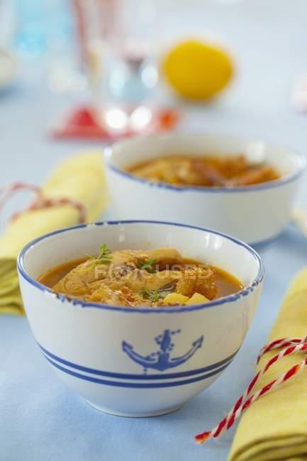 Zuppa di carpa in ciotola di minestra marittimo — Foto stock