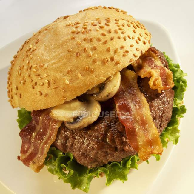 Hamburger con pancetta e funghi — Foto stock
