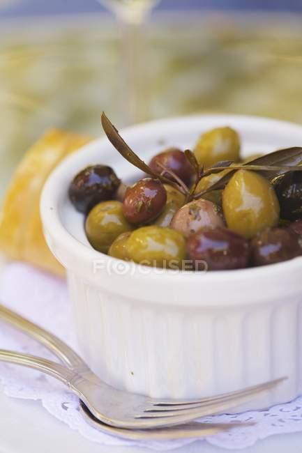 Olive miste con le erbe — Foto stock
