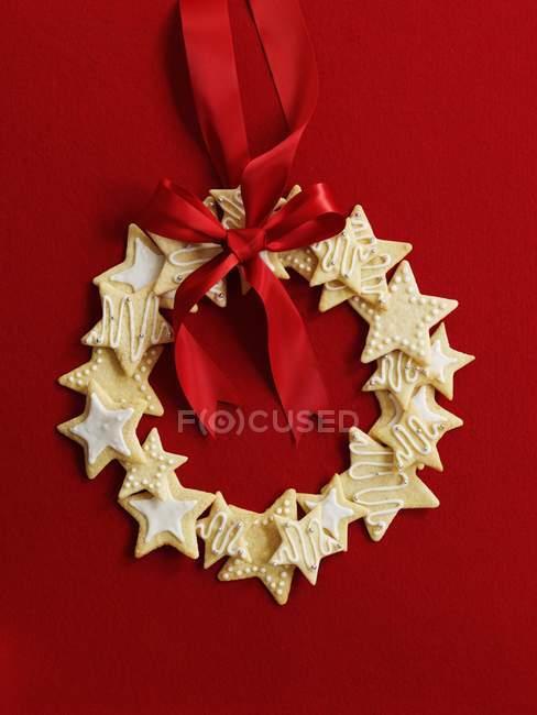 Biscotti della stella con il nastro rosso — Foto stock