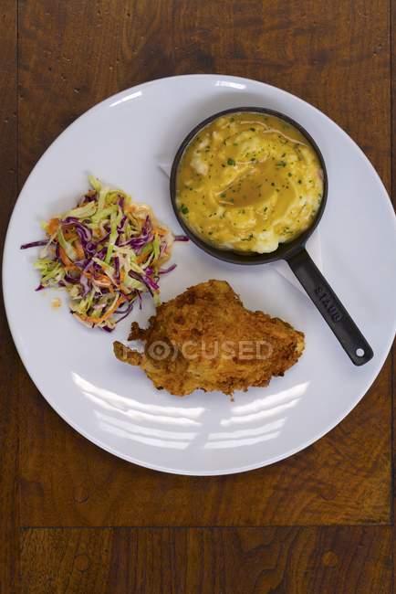 Pollo fritto con patate schiacciate — Foto stock