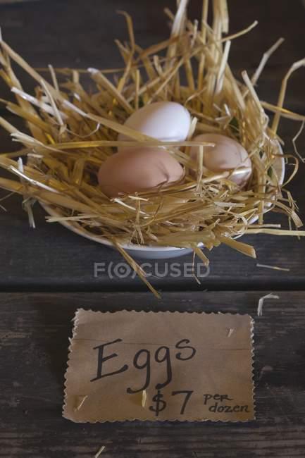 Uova fresche in paglia — Foto stock
