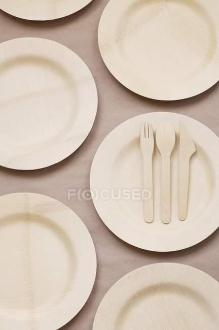 Vista superiore di bambù piatti e posate — Foto stock