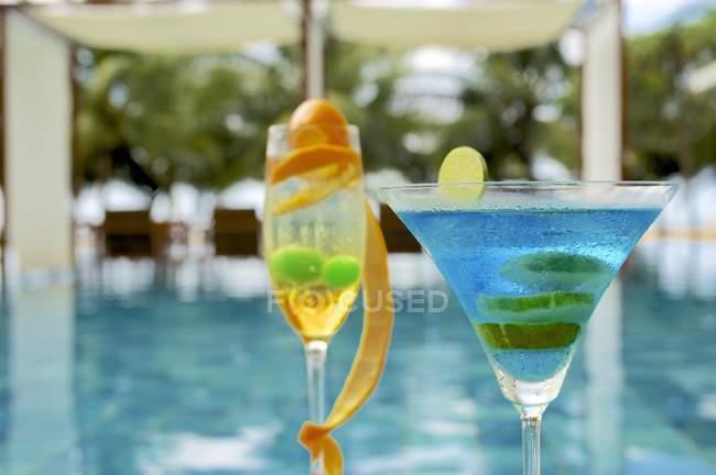 Cocktails tropicaux au bord de la piscine — Photo de stock