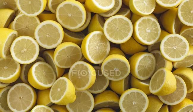 Citrons frais coupés en deux — Photo de stock