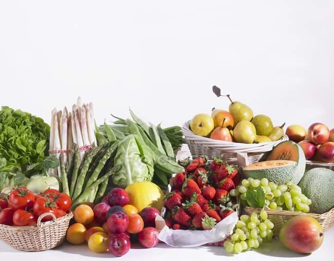 Разные типы фрукты и овощи на белом фоне — стоковое фото