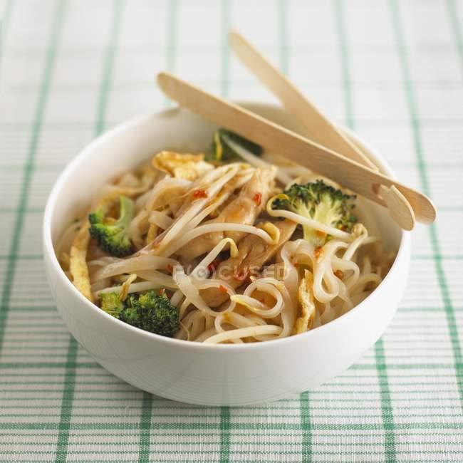 Pad Thai Nudeln mit Huhn — Stockfoto
