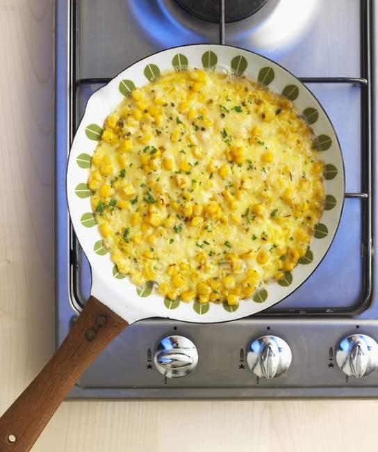 Zuckermais-Omelett in der Pfanne — Stockfoto