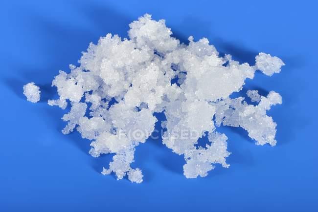 Detailansicht von Fruktose in kristalliner Form auf blauen Oberfläche — Stockfoto