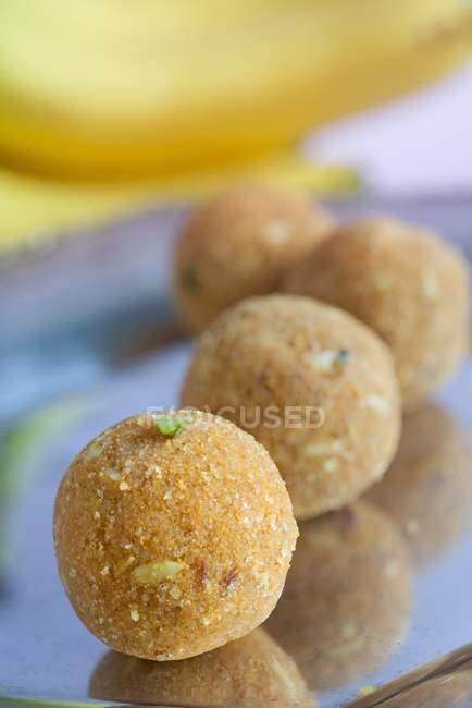 Laddu - Süßigkeiten aus Kokosnuss, Gramm Mehl, Butter und Zucker hergestellt — Stockfoto