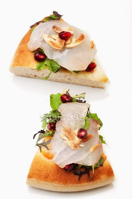 Пицца с рыбы карпаччо и граната семена — стоковое фото