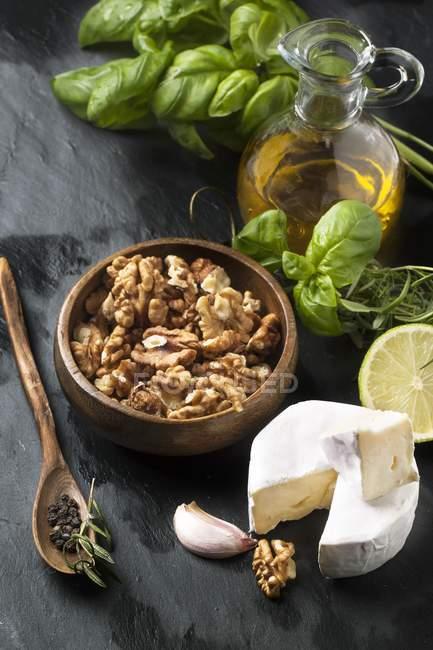 Сыр Камамбер и грецкие орехи — стоковое фото