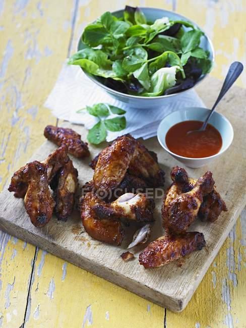 Würzige Chicken Wings mit Chilisoße — Stockfoto
