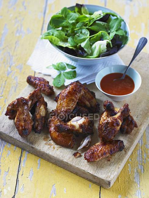 Würzige Hähnchenflügel mit Chili-sauce — Stockfoto