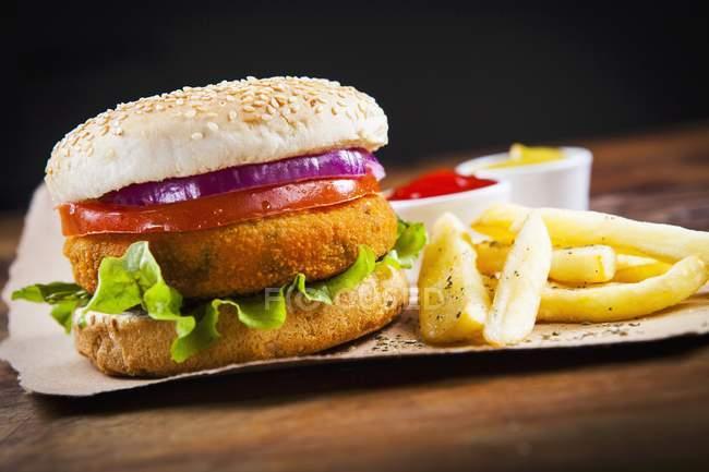 Вегетарианский бургер с жареным картофелем — стоковое фото