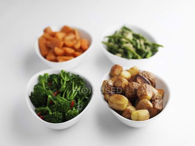 Гарніри з овочами і смаженої картоплі в чаш на білій поверхні — стокове фото