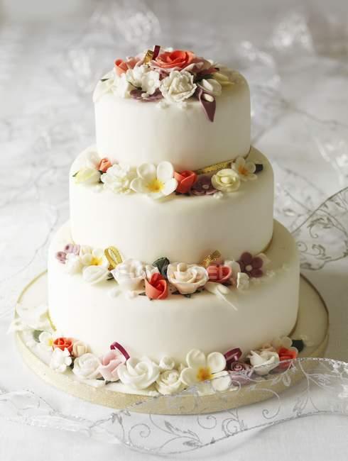 Três camadas de bolo de casamento — Fotografia de Stock