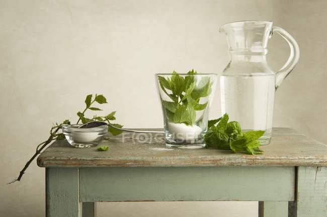 Zutaten für Pfefferminztee auf einem Holztisch — Stockfoto