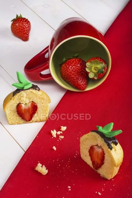 Bolinho de morango em copo — Fotografia de Stock