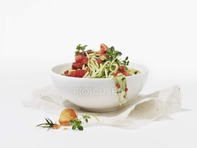 Spinach spaghetti pasta with tomatoes — Stock Photo