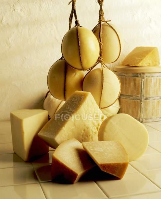 Весь сыр шарики и вырезать дольки — стоковое фото