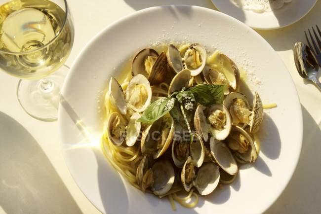 Clams with tagliatelle pasta — Stock Photo