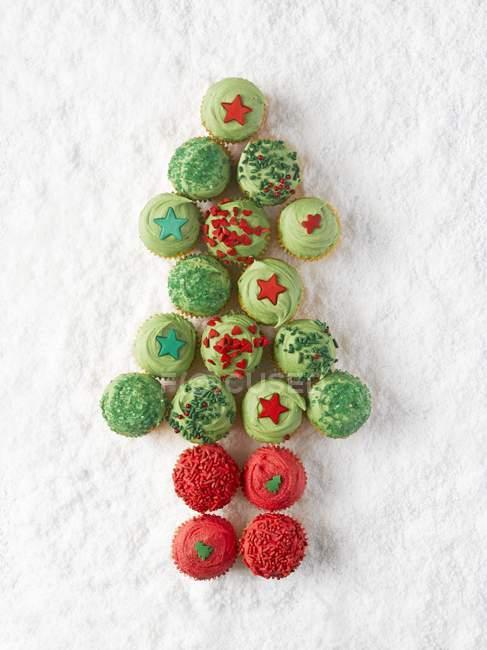 Кекси впорядковані у формі Різдвяна ялинка — стокове фото