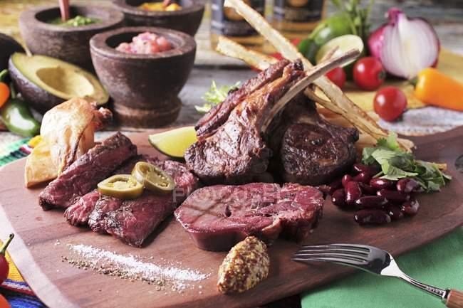 Grillplatte mit Rind und Lamm — Stockfoto