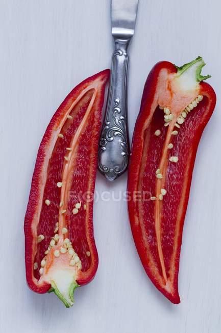 Piment rouge coupé en deux — Photo de stock