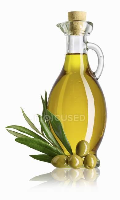 Графин оливковое масло и оливки — стоковое фото