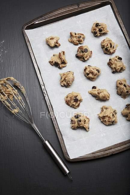 Biscuits aux brisures de chocolat non cuites — Photo de stock