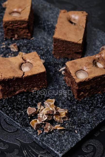 Brownies al cioccolato e caramello che serve — Foto stock