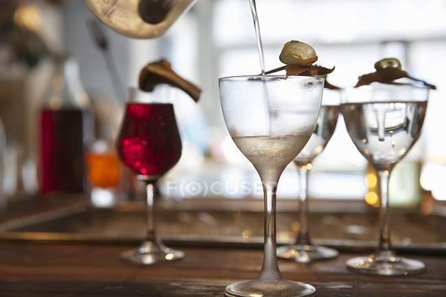 Verschiedene Cocktails auf Bar — Stockfoto