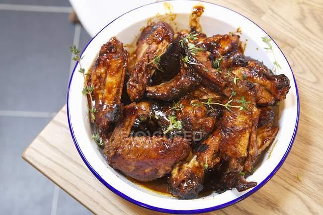 Застекленные куриные крылышки гриль — стоковое фото