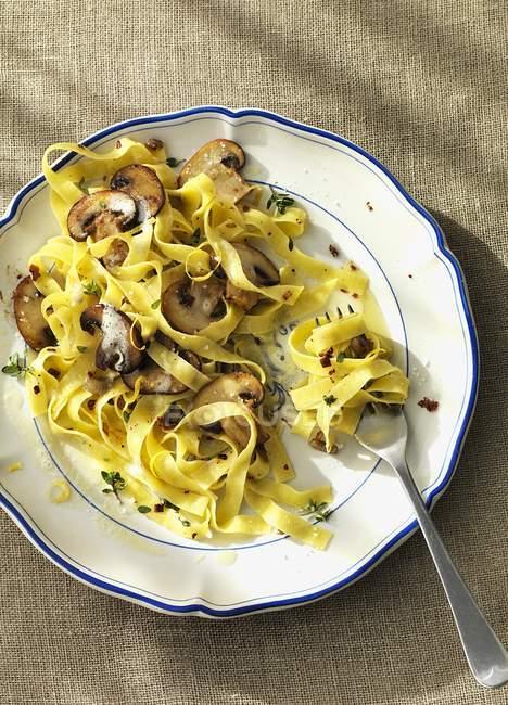 Tagliatelle Nudeln mit Pilzen — Stockfoto
