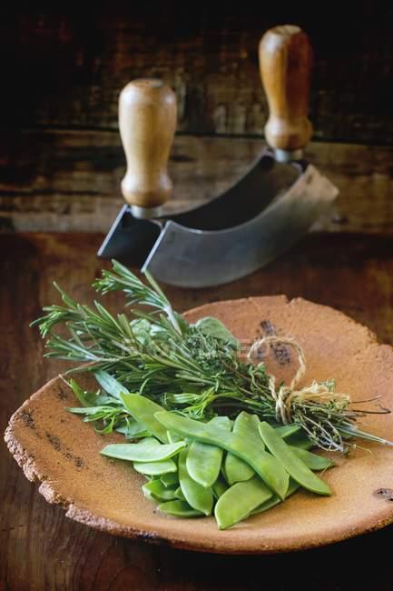 Mezaluna и букет из трав — стоковое фото