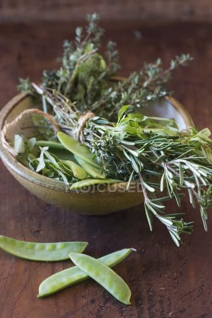 Зеленый горошек и букет из трав — стоковое фото