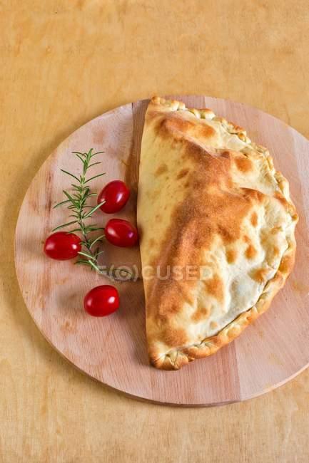 Карман пицца с помидорами и сыром моцарелла — стоковое фото