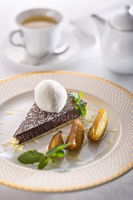 Шоколадный пирог с ванильным соусом крем — стоковое фото
